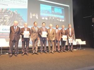 Paulo Skaf entrega publicação 11o Construbusiness à autoridades durante congresso.